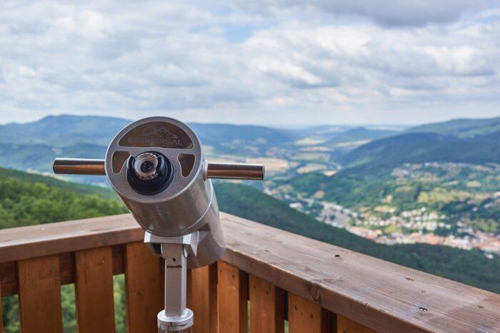 binoculars 700x467 1